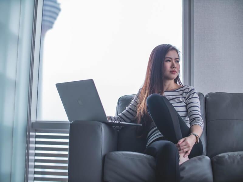 mujer buscando relacion ordenador